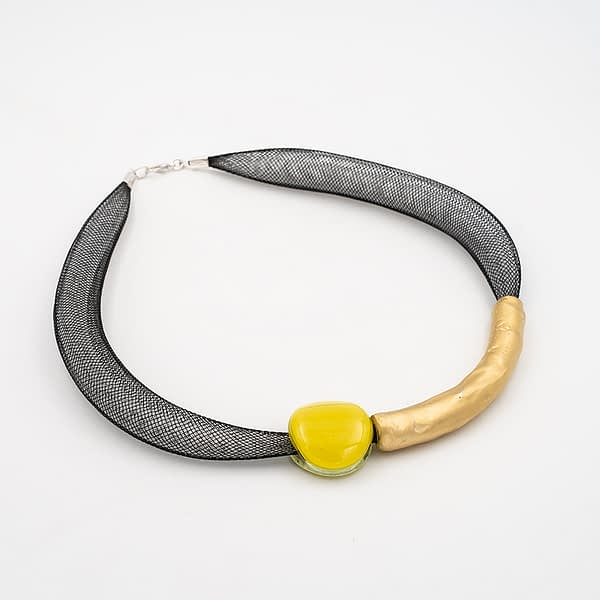 collar barroque amarillo dorado de lado