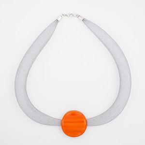 collar galatea con vidrio naranja y malla clara visto de arriba