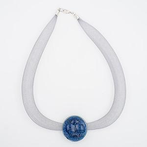 collar galatea con vidrio azul y malla clara visto de arriba
