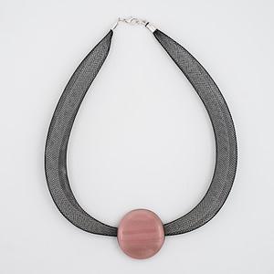 collar galatea con vidrio rosa y malla oscura visto de arriba