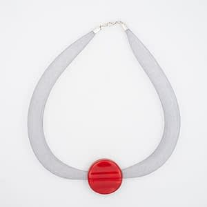 collar galatea con vidrio rojo y malla clara visto de arriba
