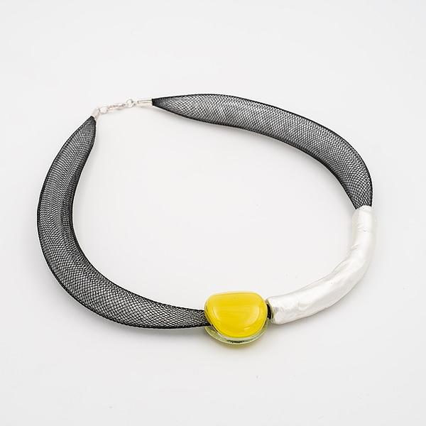 collar barroque amarillo plateado de lado