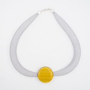 collar galatea con vidrio amarillo oscuro y malla clara visto de arriba