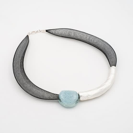 collar barroque azul claro plateado de lado
